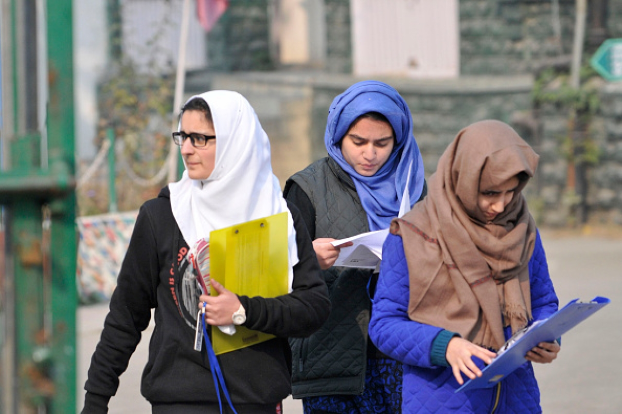 Kashmiri students leave an examination centre in Srinagar. (Waseem Andrabi/Hindustan Times via GettyImages)