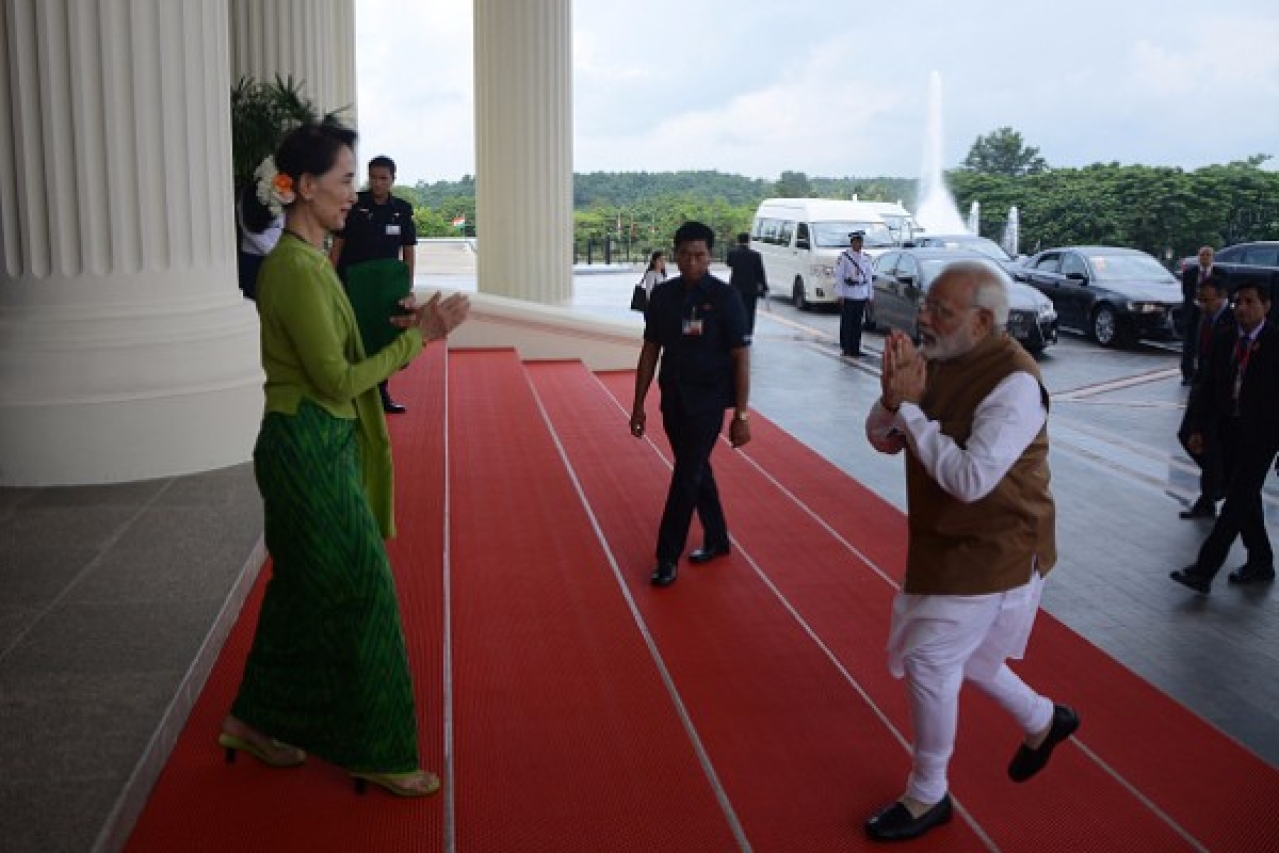 Prime Minister Narendra Modi greets Myanmar's State Counsellor Aung San Suu Kyi (L) in Naypyidaw. (AUNG HTET/AFP/Getty Images)