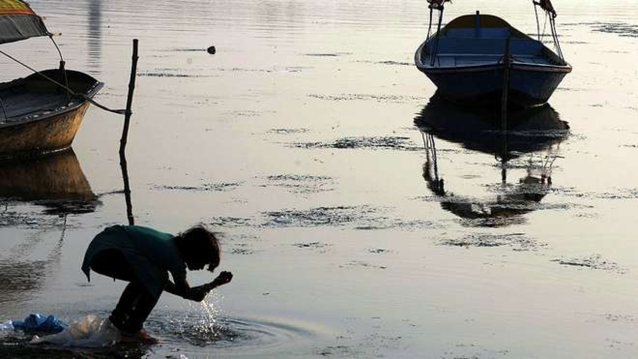 A girl washes her hands in the river Ganga. (DIPTENDU DUTTA/AFP/GettyImages)