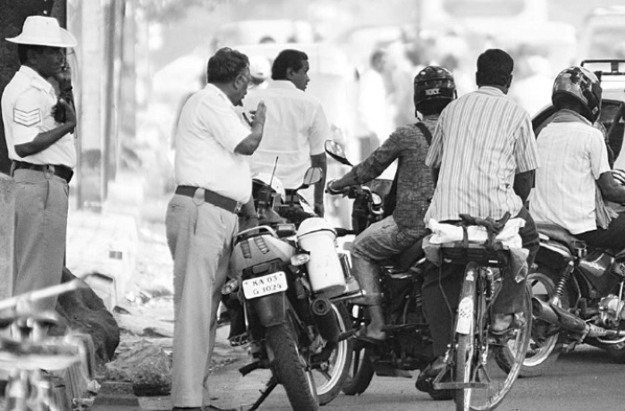 Delhi Girl Misbehaves With Cops, Threatens Suicide After Being Caught Violating Traffic Rules