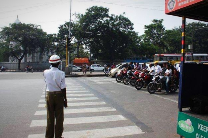 Uttar Pradesh: Meerut Police Takes Action Against Own Personnel For Violating Traffic Laws, Fines 51 Cops