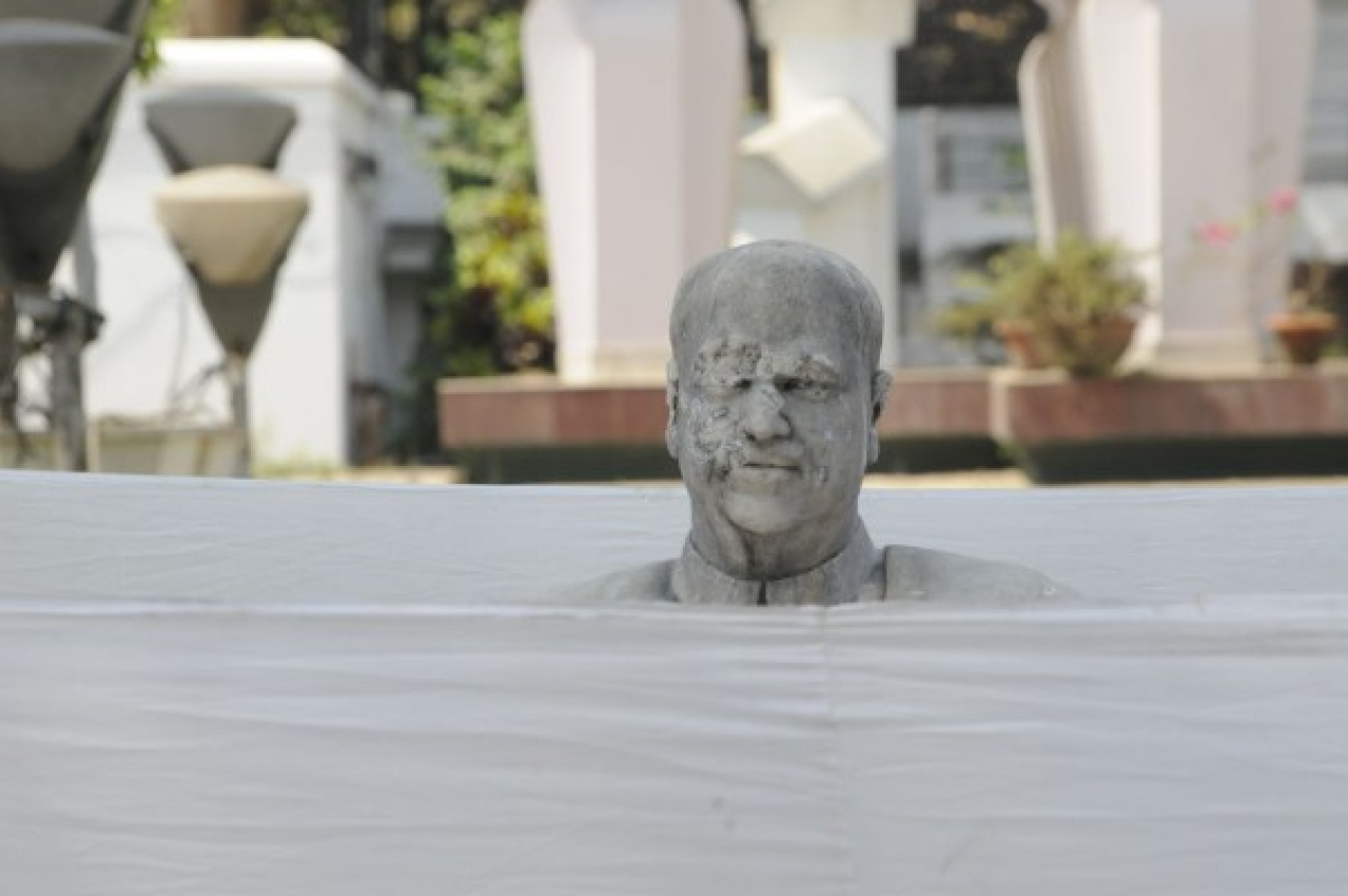 Founder member of Jana Sangha, Dr Syama Prasad Mookerjee's broken and smeared statue at Keoratala Burning ghat garden in Kolkata. (Samir Jana/Hindustan Times via Getty Images)