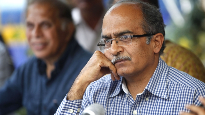 'Kagaz Nahin Dikhayenge' Supporter Prashant Bhushan Demands ID Proof From Cops After They Stop His Protest