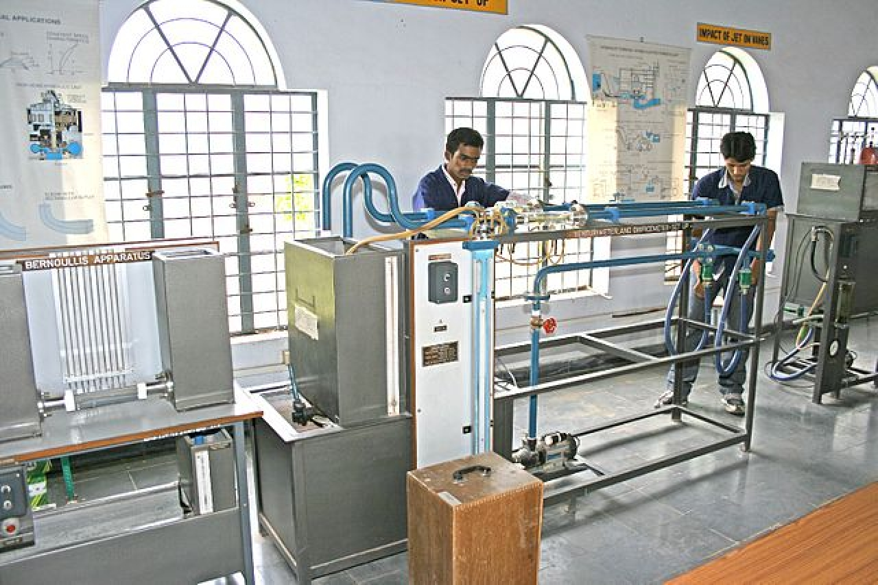 Students at an electrical and electronics lab (Bharat Institute of Engineering and Technology/Wikimedia Commons)