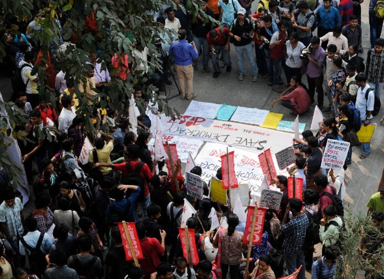 Jadavpur University students in a protest. (Subhendu Ghosh/Hindustan Times via Getty Images)