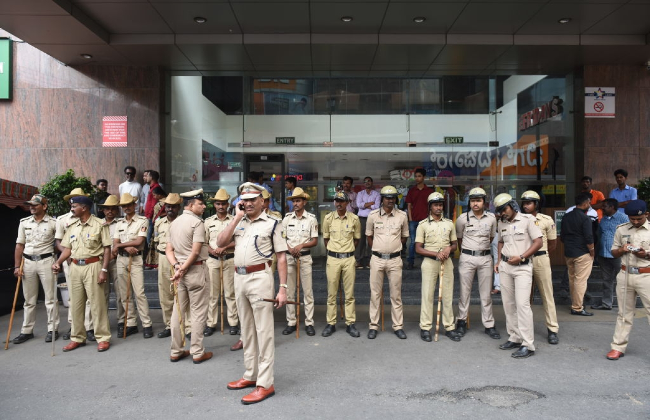 Police stand guard outside Lido Mall in Bengaluru as pro-Kannada activists threaten the release of Kaala movie, on 7 June 2018 (Arijit Sen/Hindustan Times via GettyImages)