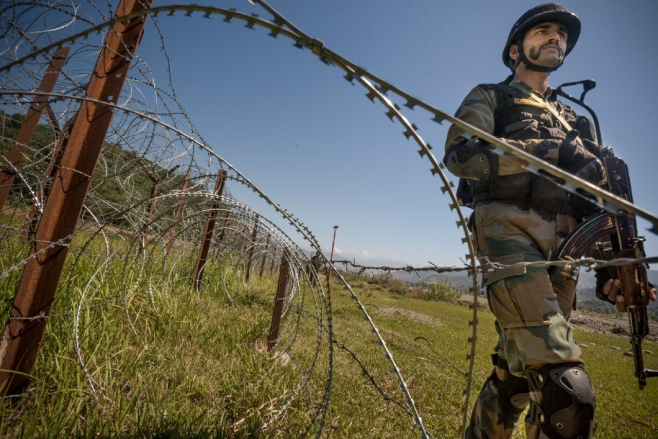 An Indian Army soldier patrols on  LOC  in Chakan-da-Bagh area near Poonch, India. (Gurinder Osan/Hindustan Times via GettyImages)