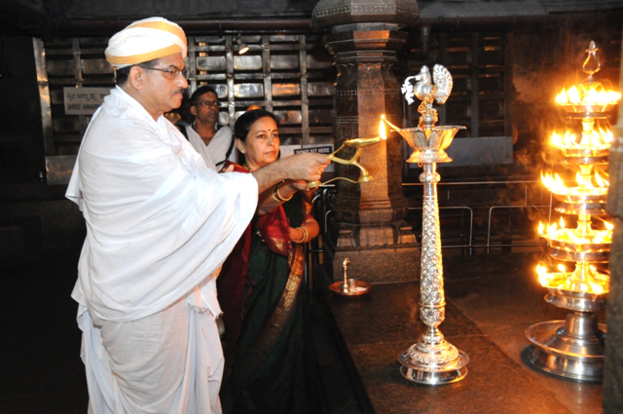 Dr Veerendra Heggade offering prayers at the temple.