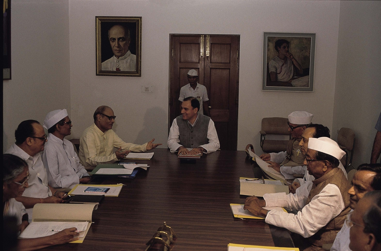 Former prime minister Rajiv Gandhi during a meeting with Congress party leaders. (GettyImages)