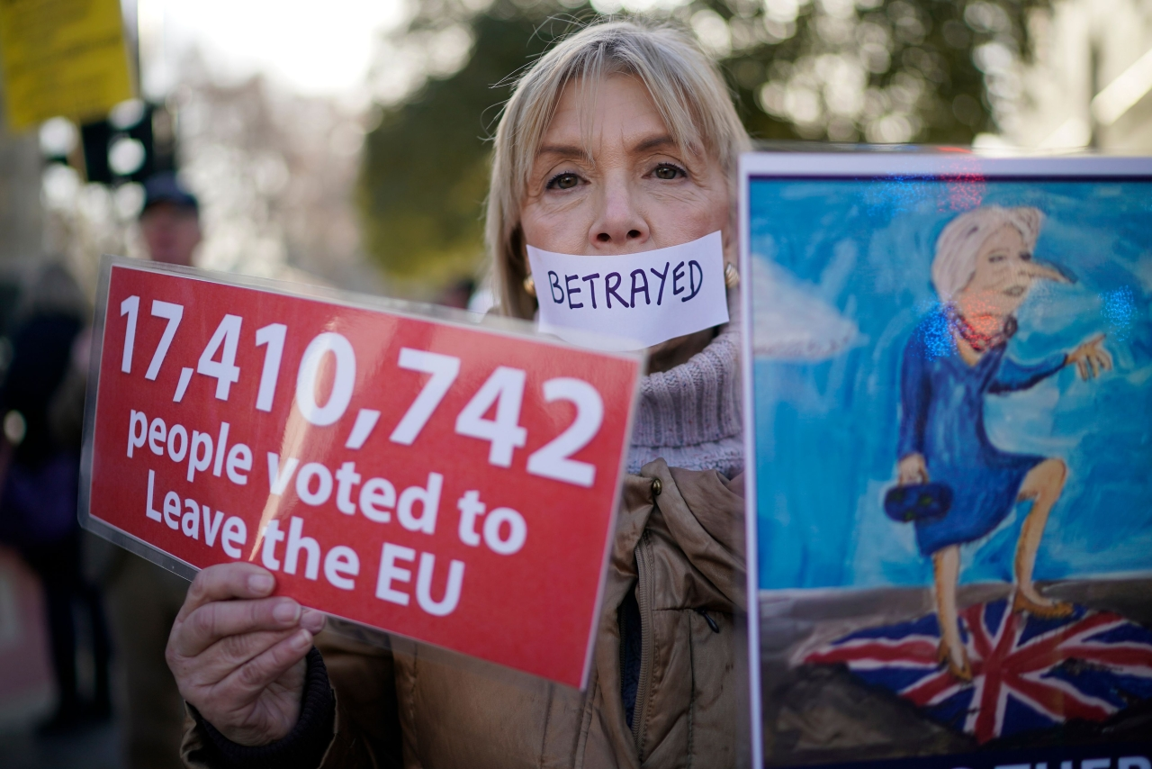 Pro Brexit protesters demonstrate outside the British parliament. (Christopher Furlong/GettyImages)