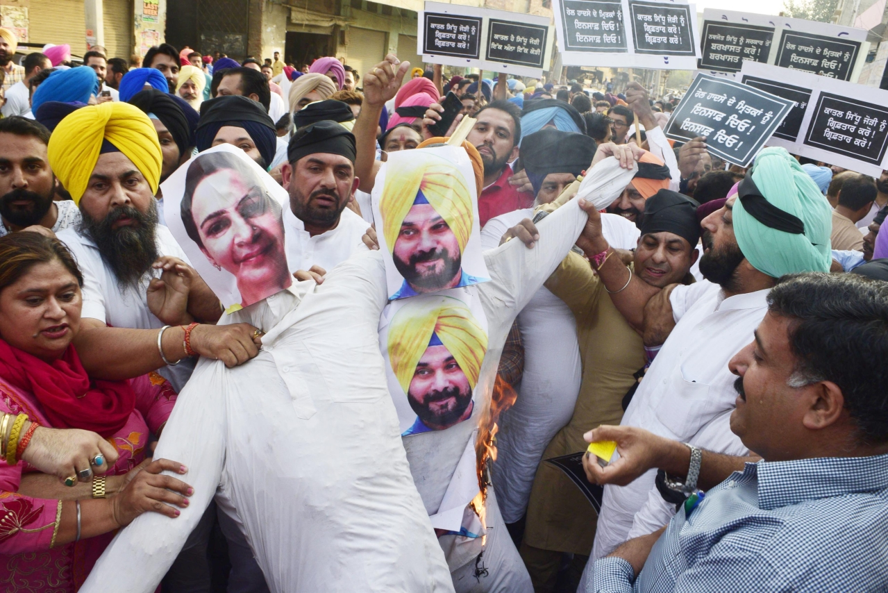 Shiromani Akali Dal and BJP leaders and workers burn the effigies of Punjab Local Bodies Minister Navjot Singh Sidhu and his wife Navjot Kaur Sidhu. (Sameer Sehgal/Hindustan Times via Getty Images)