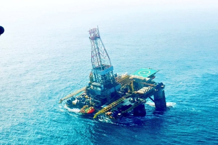 Cyclone Phethai Impact: Oil Rig Off  Andhra Pradesh Coast Tilts; Indian Navy Aiding ONGC In Stabilisation Efforts
