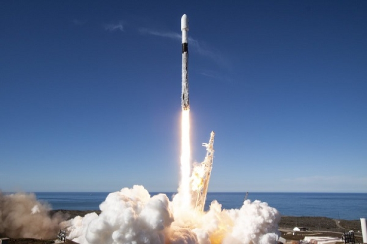 SpaceX To Launch Its First 60 Satellites Into LEO To Beam Cheap Broadband Internet All Over The Planet