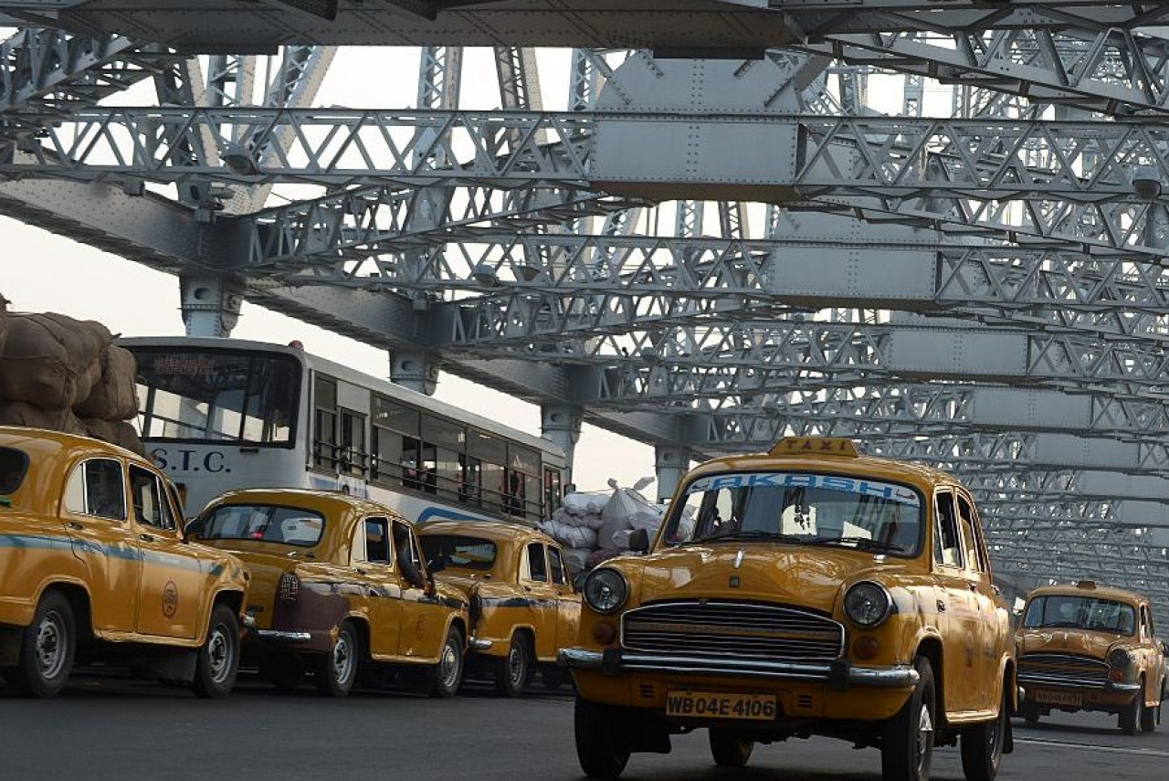 Traffic on Kolkata's iconic Howrah Bridge  (DIBYANGSHU SARKAR/AFP/Getty Images)