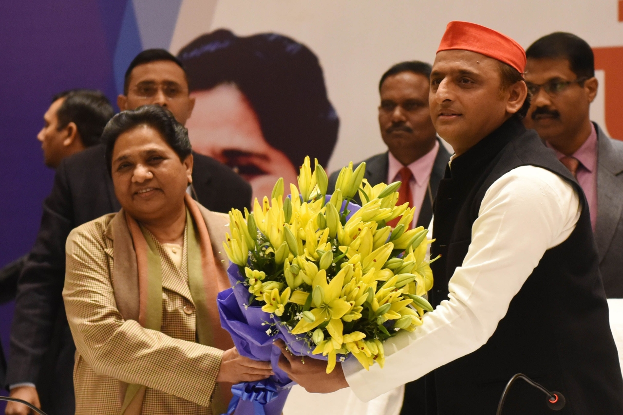 Akhilesh Yadav presents a bouquet to  Mayawati during a joint press conference on 12 January  in Lucknow. (Subhankar Chakraborty/Hindustan Times via GettyImages)