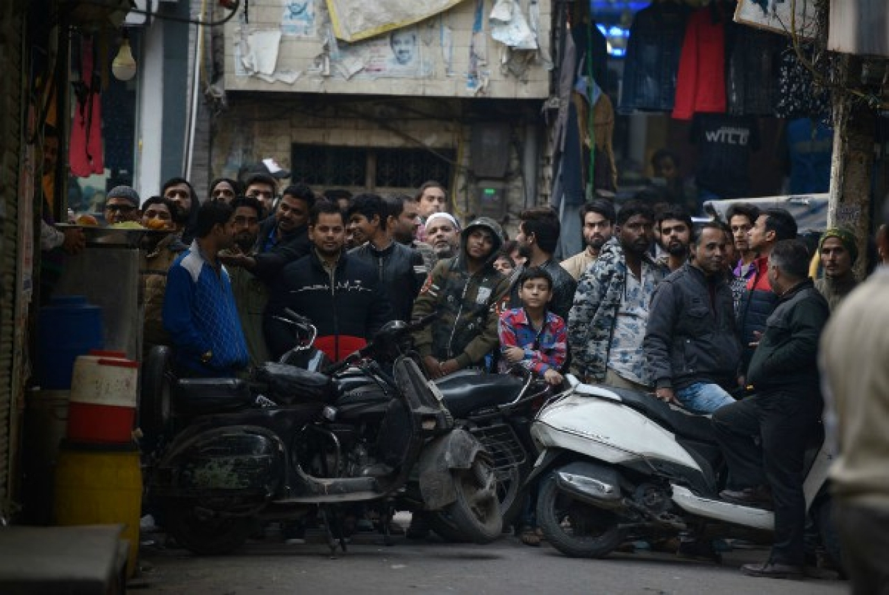 A crowd gathers at Seelampur's Jafrabad locality during the NIA raid on 26 December 2018 in New Delhi. (Sanchit Khanna/ Hindustan Times via Getty Images)