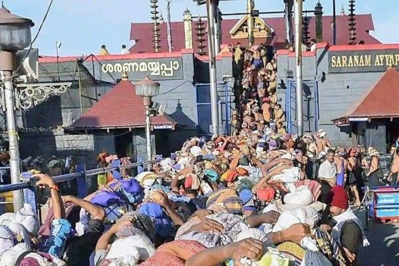 "Devotees offering prayers at Sabarimala (Pic: <a href=""https://twitter.com/keveeyes"">@<b>keveeyes</b></a>/twitter)"
