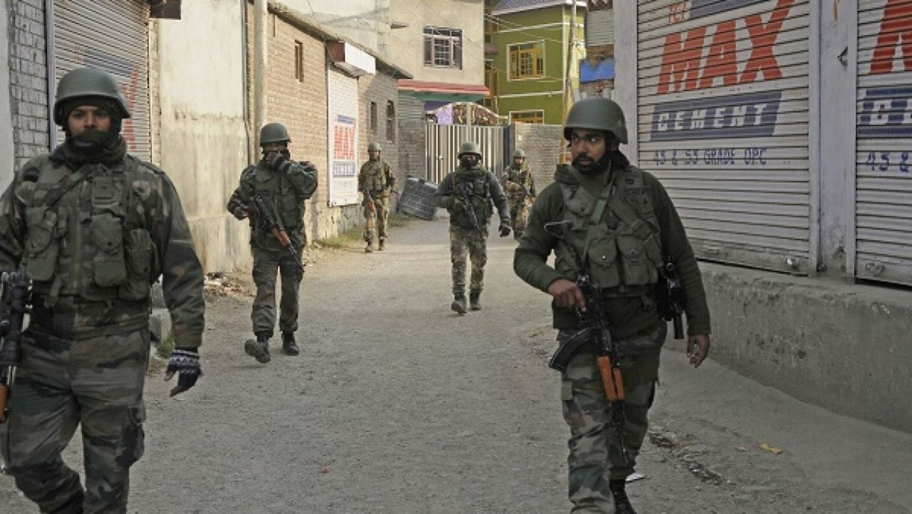 Army soldiers on the outskirts of Srinagar. (Waseem Andrabi/Hindustan Times via GettyImages)