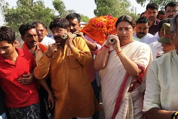 Smriti Irani Vows Death Penalty For Her Aide's Murderers After Lending Shoulder To His Mortal Remains