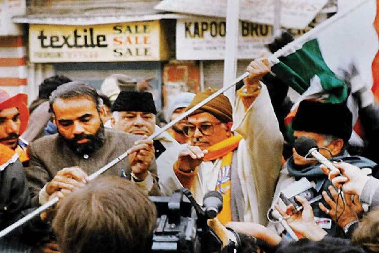 A younger Narendra Modi and Murli Manohar Joshi at Lal Chowk on 26 January 1992. (Source: Twitter)