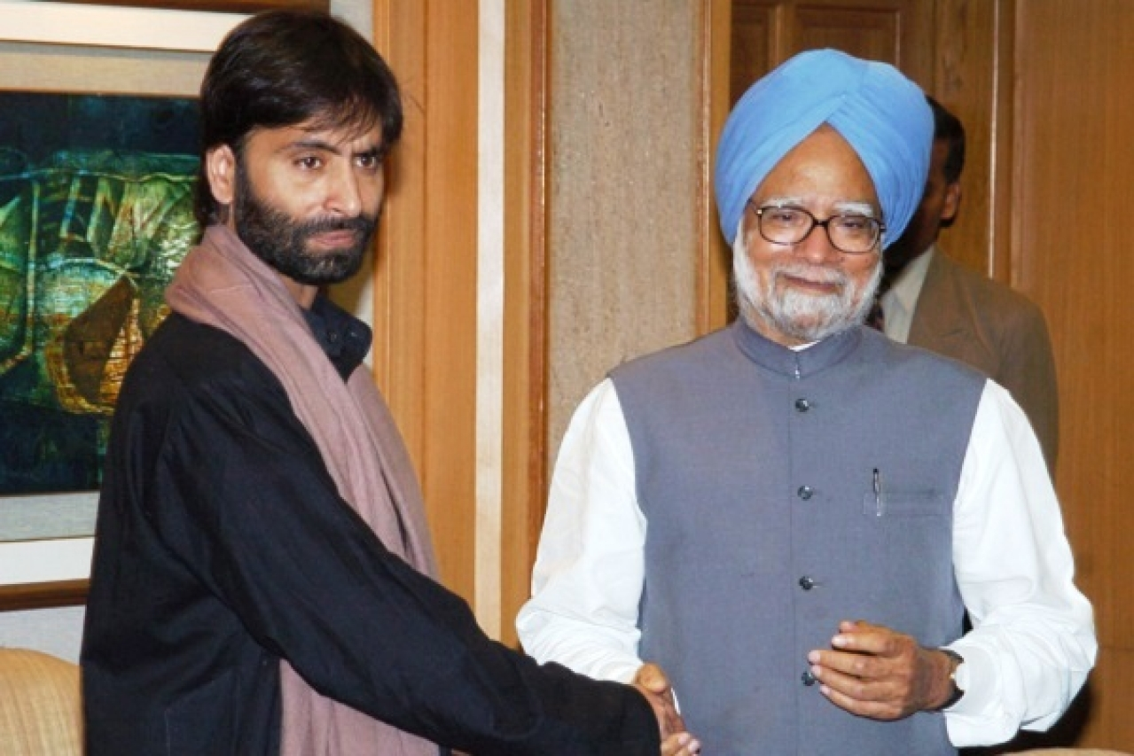 Yasin Malik with former prime minister Manmohan Singh (Wikimedia Commons)