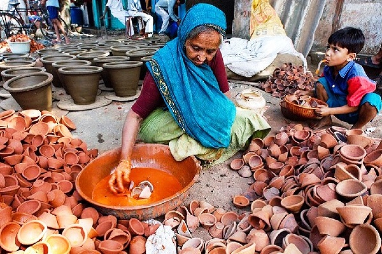 Elderly lady making traditional diyas for Diwali (Pic via Twitter)
