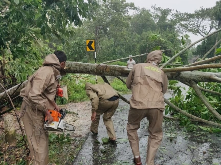 Cyclone Bulbul Claims 3 Lives On Saturday In West Bengal And Odisha, Damages Thousands Of Houses In Coastal Areas