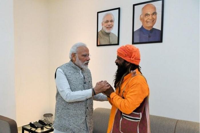 During Varanasi Trip PM Modi Meets Rickshaw Puller Who Invited Him To His Daughter's Wedding