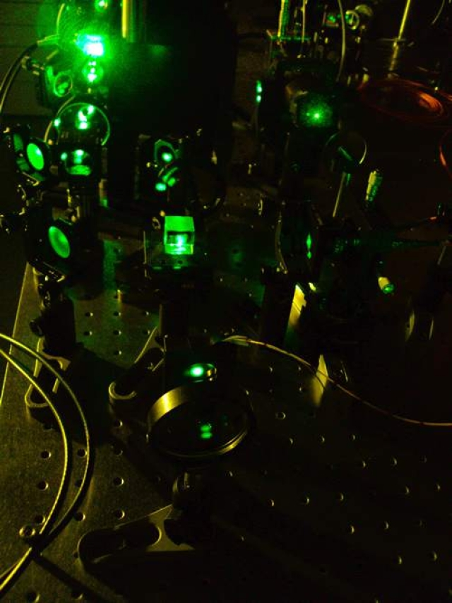 Researchers slow light to a crawl in liquid crystal matrix