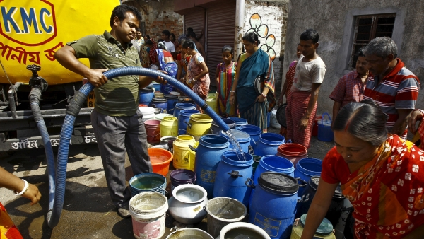A file photo of  residents filling drinking water in containers from a government water tanker. (Photo: Reuters)
