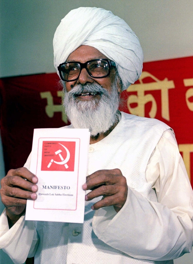 Harkishan Singh Surjeet, former General Secretary of the CPI(M), releases his party's manifesto for the general elections. (Photo: Reuters)