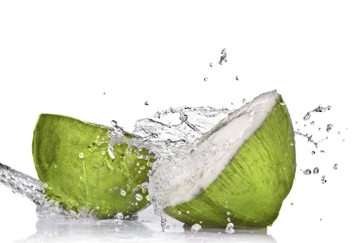 स्पोर्ट्स ड्रिंक्स की तुलना में कम चीनी, मिनरल्स से भरपूर, नारियल पानी सही समर ड्रिंक है।