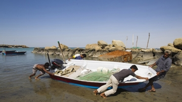 <!--StartFragment-->Local Baluch fishermen push a boat to the shore at a fishing port in Tiss village in the suburb of the port city of Chabahar. (Photo: Reuters)<!--EndFragment-->