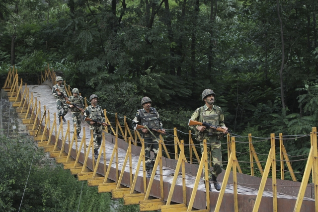 Indian BSF soldiers patrol over a footbridge near the LoC, a ceasefire line dividing Kashmir between India and Pakistan, at Sabjiyan sector of Poonch district, August, 2013. (File Photo: Reuters)