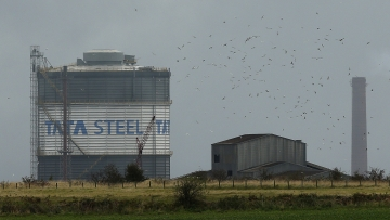 Birds fly above part of the TATA steel plant in Scunthorpe northern England, 15 October  2014. (Photo: Reuters)