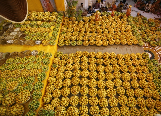 <!--StartFragment-->Hindu devotees sing religious songs next to baskets of mangoes kept as offerings for the Hindu God Lord Krishna inside a temple during mango festival in Ahmedabad. (Photo: Reuters)<!--EndFragment-->