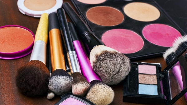 You need a perfect monsoon-proof arsenal of beauty tools to brave this tricky season! (Photo: iStockphotos)