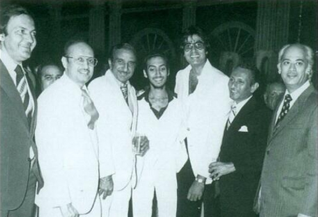 "Amitabh Bachchan with Yash Johar and other Bollywood celebrities (Photo: <a href=""https://twitter.com/karanjohar/media"">Twitter/@karanjohar</a>)"