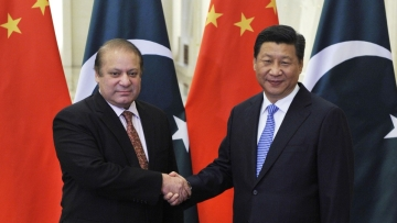 Pakistan's Prime Minister Nawaz Sharif (L) shakes hands with China's President Xi Jinping. (Photo: Reuters)