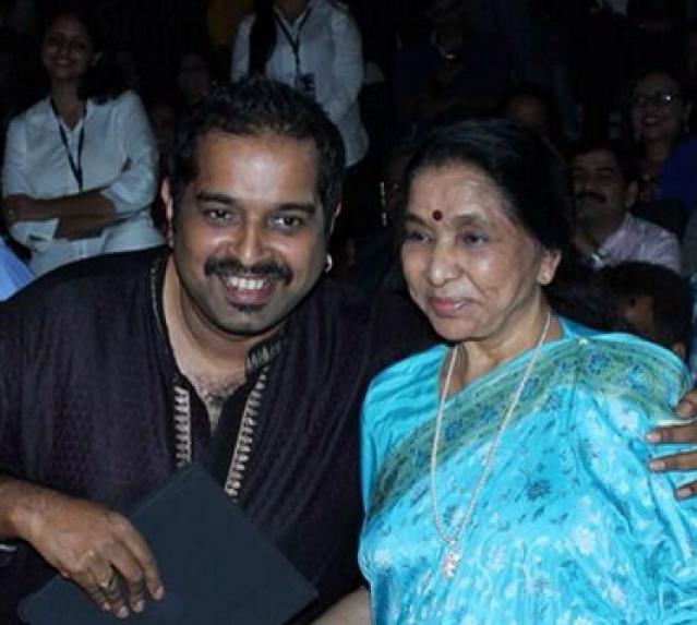 "Shankar Mahadevan with Asha Bhosle (Photo: Twitter/<a href=""https://twitter.com/Shankar_Live/media"">Shankar_Live</a>)"