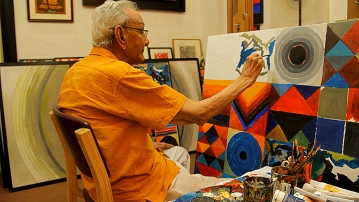 Raza busy painting in his studio in New Delhi. (Photo courtesy: Sahar Zaman)