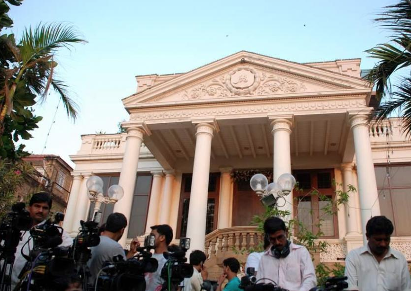 Media Persons Waiting Outside Shah Rukh Khanu0027s House Mannat. (Courtesy: U003ca  Href
