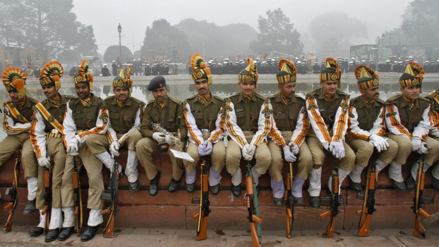 ITBP personnel sit on the embankment of an artificial fountain during a rehearsal for the Republic Day parade   in New Delhi,  20 January, 2012. (Photo: Reuters)