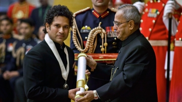 Sachin Tendulkar receives the Bharat Ratna from President Pranab Mukherjee in 2014 (Photo: Reuters)