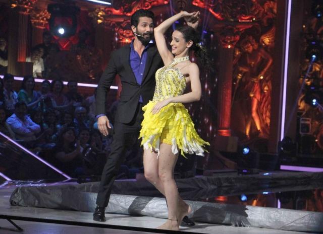 Shahid Kapoor dancing with show finalist Sanaya Irani (Photo: Yogen Shah)