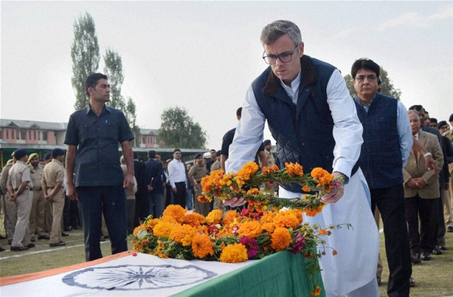 Former Jammu and Kashmir state Chief Minister Omar Abdullah lays a wreath on the coffin of Indian police officer Altaf Ahmed during a wreath-laying ceremony in Srinagar. (Photo: AP)