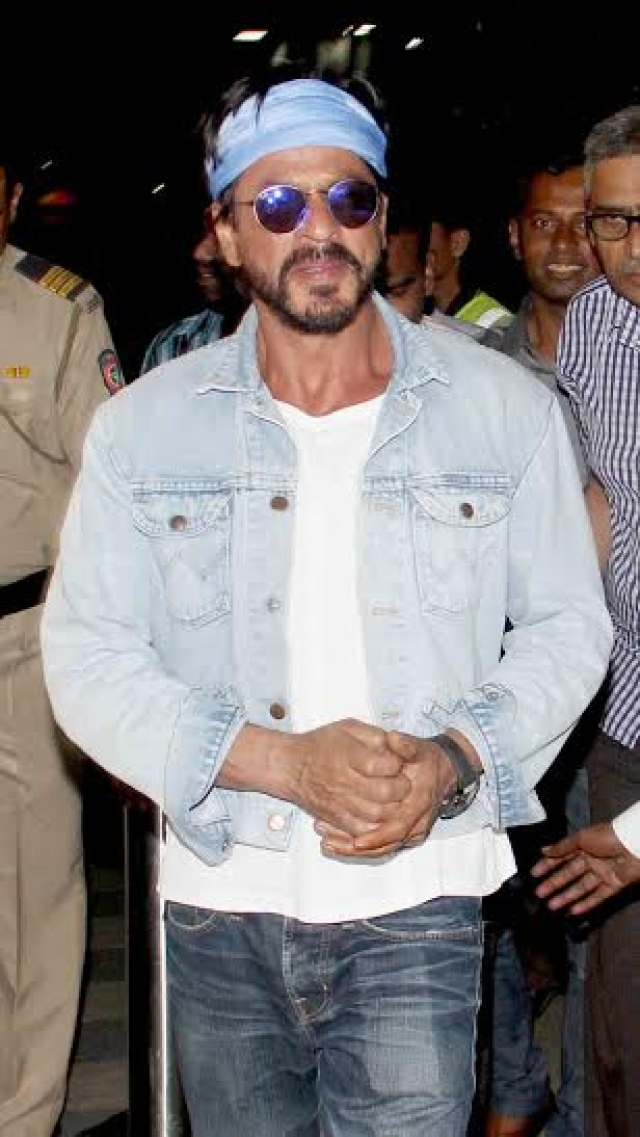 Shah Rukh Khan arrives at Mumbai airport (Photo: Yogen Shah)