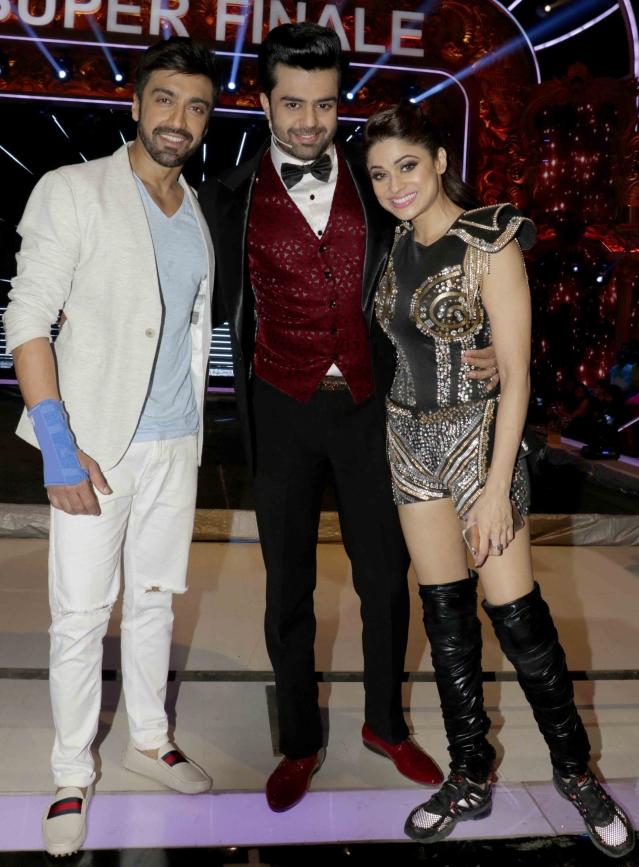 Ex-contestant Ashish Chaudhary with host Manish Paul and show finalist Shamita Shetty (Photo: Yogen Shah)
