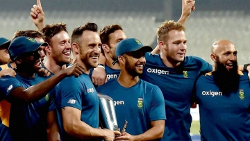 South African captain Faf du Plessis with the trophy and teammates after the series win.(Photo: PTI)