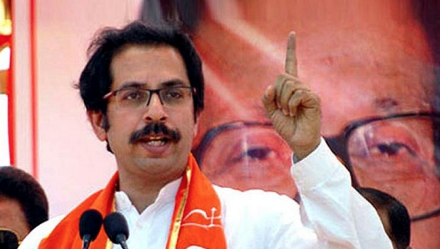 "Shiv Sena leader Uddhav Thackeray is a fan of Ghulam Ali but insists on not letting any Pakistan feel welcome in Mumbai (Photo: Twitter/<a href=""https://twitter.com/zee24taasnews/status/642654170282074112"">‏@zee24taasnews</a>)"